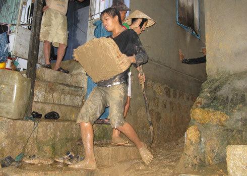 Người dân khẩn cấp đào đất để cứu hai cháu bé bị vùi trong đất lở ở Khánh Hòa hôm 2/11. Ảnh: Quang Đức
