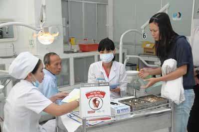 Nha sĩ đang tư vấn các biện pháp chăm sóc răng miệng cho bệnh nhân tại Khoa Răng Hàm Mặt – Đại Học Y Dược Thành Phố Hồ Chí Minh
