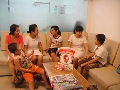 Các cô y tá đang dặn dò các bé nhớ đánh răng đúng cách hằng ngày