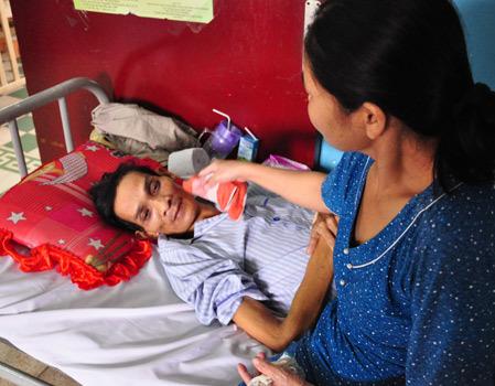 Bệnh nhân đang thoi thóp vì nhiễm vi khuẩn và thiếu tiền điều trị. Ảnh: Cao Lâm.