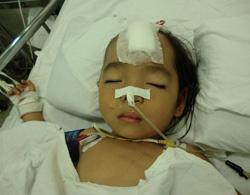 Bệnh nhi đang được hồi sức tại Bệnh viện Nhi Đồng 2. Ảnh: Bác sĩ Thanh Hà.