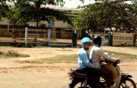 Trường Tiểu học Giao Thạnh nơi có nhiều học sinh tạm nghỉ học ở nhà để điều trị bệnh cúm A/H1N1. Ảnh: Thiên Phước
