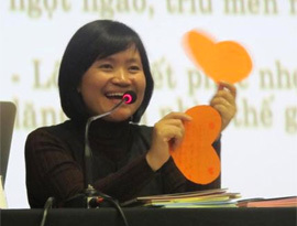 Tiến sĩ giáo dục Nguyễn Thụy Anh chia sẻ kinh nghiệm trong một buổi tọa đàm về phát triển kỹ năng sống cho trẻ. Ảnh: Anphabook.