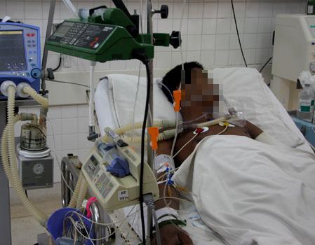 Bệnh nhân sốt rét nguy kịch được theo dõi tại khoa Nhiễm Việt Anh - Bệnh viện Bệnh Nhiệt Đới TP HCM. Ảnh: Thiên Chương.