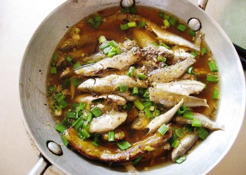 Món cá linh kho non béo ngậy đậm đà.