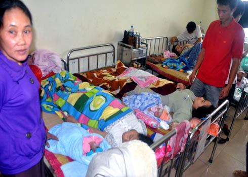 Do thiếu giường, sản phụ cùng trẻ sơ sinh phải nằm trên những chiếc giường ở khu vực Hậu Sản, khoa Sản, Bệnh viện đa khoa Quảng Ngãi kê san sát nhau chật chội thế này. Ảnh: Trí Tín