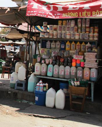 Một cửa hàng phụ gia ở chợ Kim Biên. Ảnh: TT.