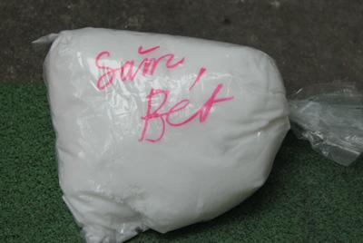 Loại bột pha nước ngâm để xử lý thực phẩm ôi thiu không nhãn mác, chỉ ghi bên ngoài chữ Săm bét. Ảnh: Minh Thùy.