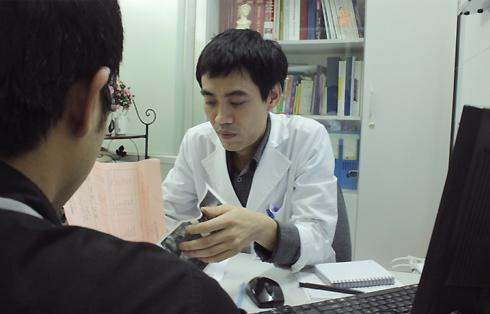 Bác sĩ Nguyễn Hoài Bắc, Trung tâm nam học Bệnh viện Việt Đức đang tư vấn cho một bệnh nhân từng tự ý sử dụng thuốc chữa xuất tinh sớm.