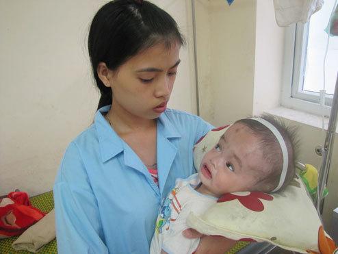 Người mẹ trẻ bất lực nhìn cậu con trai chết mòn vì căn bệnh quái ác. Ảnh: H.L