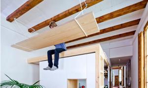 Căn hộ có bàn làm việc treo trên trần nhà