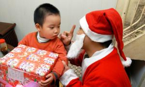 Bố mẹ nên ngừng nói dối về ông già Noel khi trẻ nghi ngờ