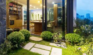 Căn nhà tầng 10 Hà Nội nằm lọt giữa khu vườn xanh mát