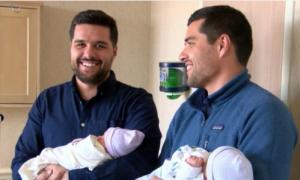 Hai anh em sinh đôi lên chức bố cùng một ngày