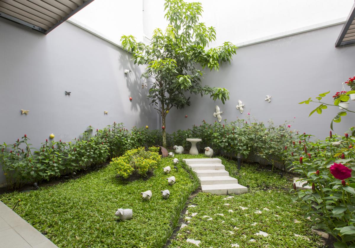 Cắt nửa đất làm sân vườn, nhà phố Sài Gòn đẹp như resort - MAXHOME