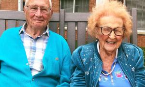 Cụ ông 100 tuổi kết hôn với cụ bà 102 tuổi sau một năm hẹn hò