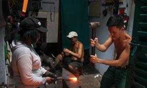Cặp vợ chồng 38 năm giữ lửa lò rèn giữa Sài Gòn