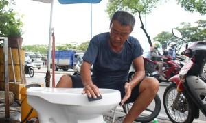 Người đàn ông 20 năm làm nghề tân trang bồn cầu