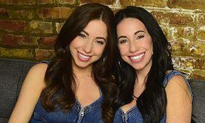 Mẹ và con gái giống nhau như chị em sinh đôi