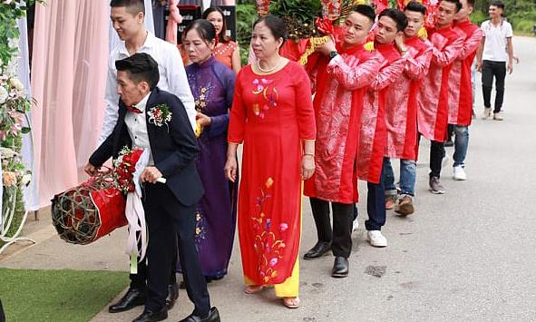 Chàng trai cao 1m3 cưới vợ xinh