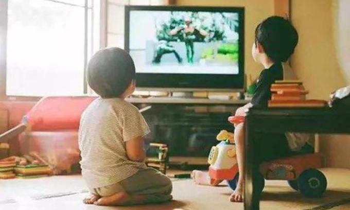 Vì sao tôi khuyến khích con xem tivi