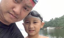 Bố rèn con 7 tuổi bơi ở hồ rộng 8.000 ha