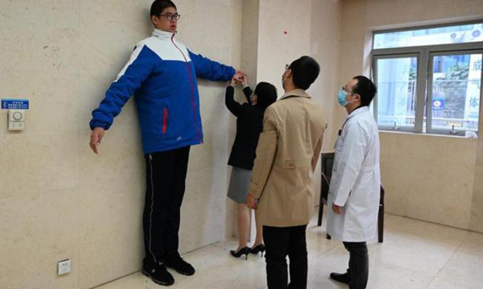 Chiều cao 'vô địch Trung Quốc'' của cậu bé 14 tuổi