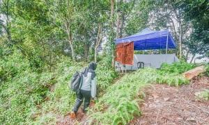 Cha dựng lều trên đồi cho con học online