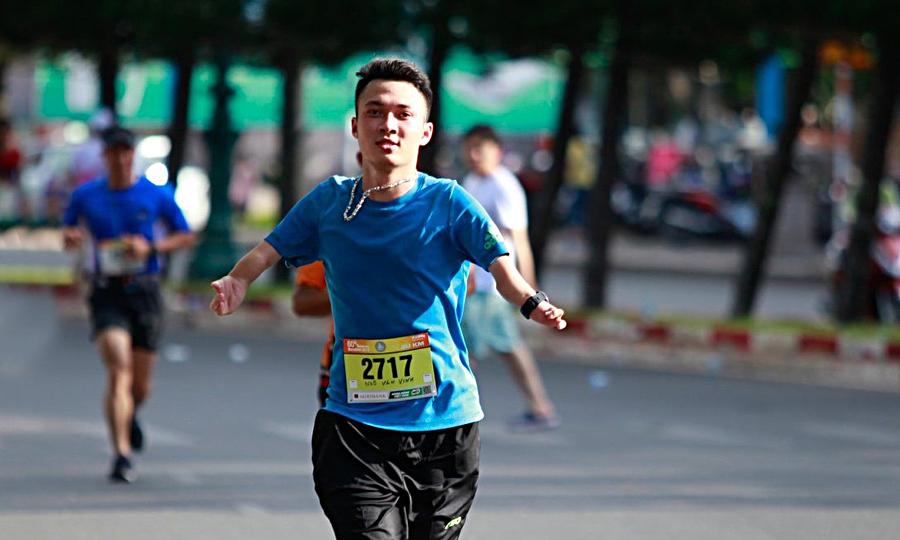 Chàng trai khuyết tật chinh phục giải chạy núi 100 km