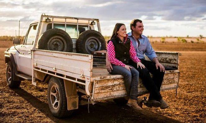 Vợ chồng dành 'năm trăng mật' làm không công cho nông dân
