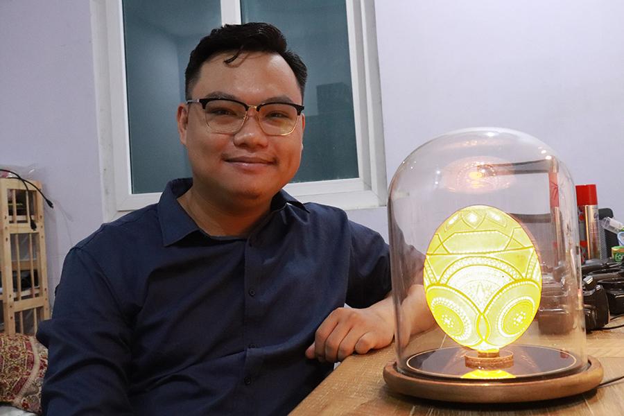 Chàng trai 'vẽ tranh' bằng 45.000 lỗ khoan trên vỏ trứng