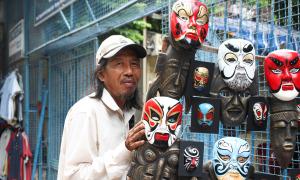 Người đàn ông 30 năm bán mặt nạ khắp Sài Gòn