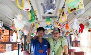 Xe buýt được trang trí bằng hàng trăm thú bông