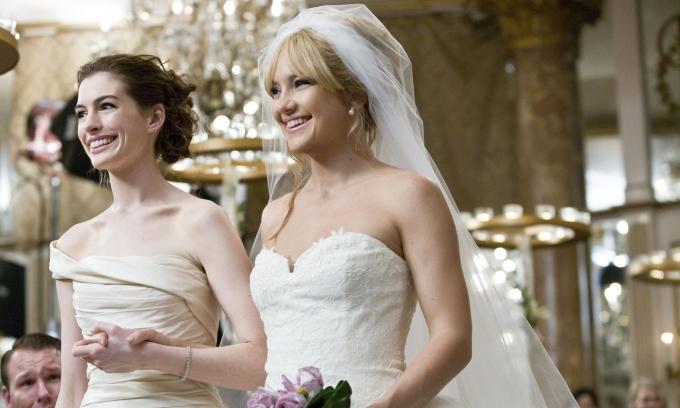 Tại sao không nên mặc váy trắng đến đám cưới