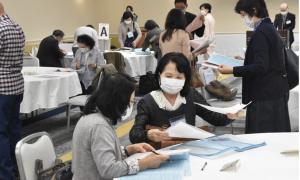 Cha mẹ Nhật lặn lội tìm bạn đời cho con