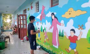 Thầy giáo vẽ bích họa cho trường mầm non khi đi cách ly